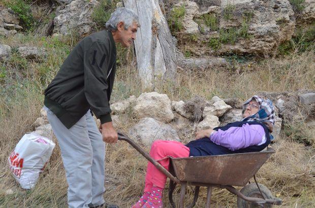 Kanser olan koca, felçli eşini el arabasında hastaneye götürüyor