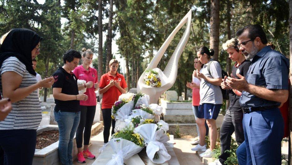 Özgecan Aslan'ın mezarına çiçek