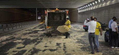 Ankara'da saman yüklü kamyon alt geçide çarptı! Samanlar ikinci trafik kazasına sebep oldu
