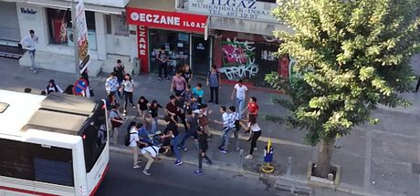 İzmir'de liseli iki grup arasında kavga çıktı
