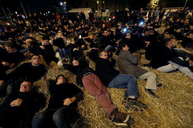 Fransız çiftçiler protesto için Şanzelize'yi samanlarla kapladılar