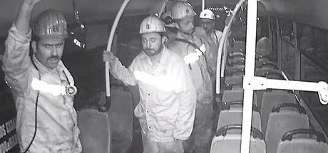 """""""Koltuklar kirlenmesin"""" diye ayakta yolculuk eden madenciler o anları anlattı"""