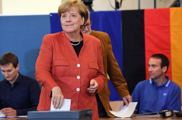 Almanya'daki genel seçimin galibi Başbakan Angela Merkel oldu