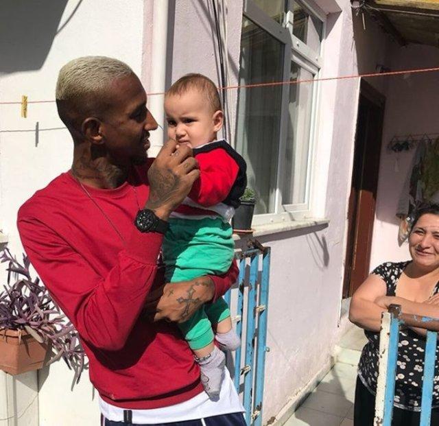 Beşiktaşlı Talisca bebek Talisca'yı ziyaret ederek erzak yardımında bulundu