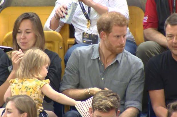 Prens Harry'nin patlamış mısırından çaldı