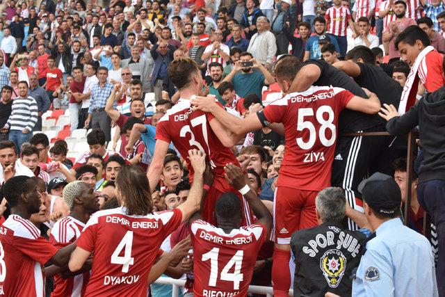 Antalyaspor maçında hat-trick yapan Hakan Arslan sosyal medyayı salladı!