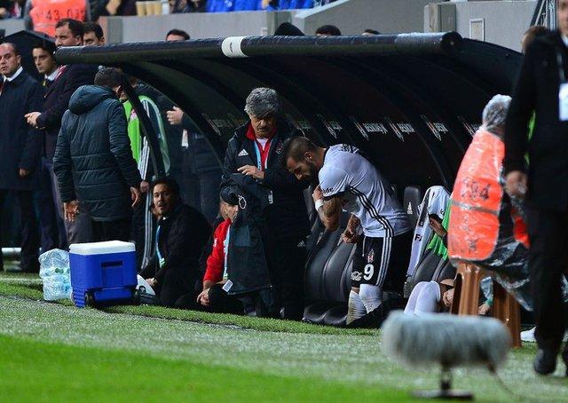 Beşiktaş'ta oyundan alınan Negredo kulübeye tekme attı