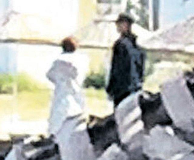 Murat Başoğlu ve Hande Bermek sahilde el ele dolaştı