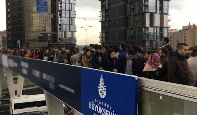 Yenibosna'da metrobüse binmek için kuyruğa giriş kuyruğu