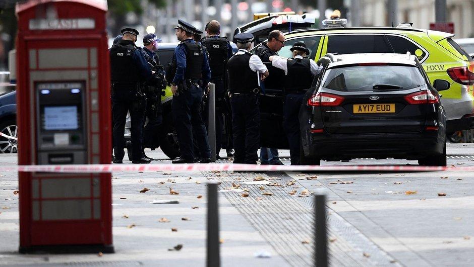 Londra'da bir araç kalabalığın arasına daldı! Yaralılar var...