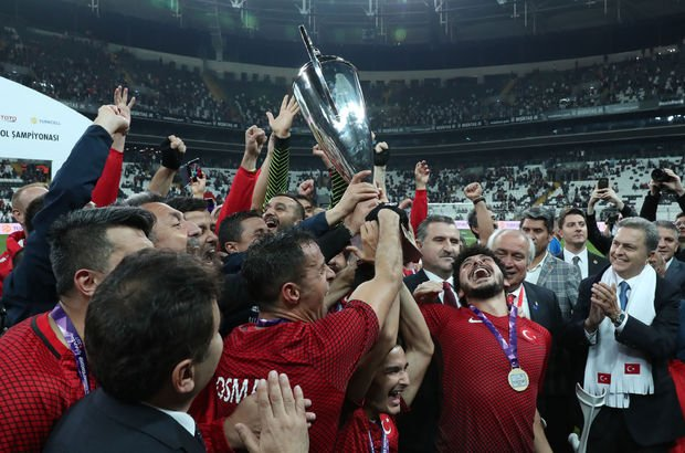 Avrupa şampiyonuyuz! Türkiye sizinle gurur duyuyor!