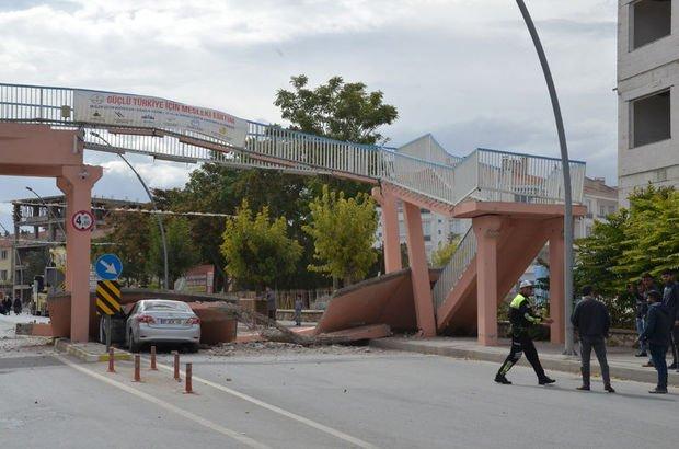 Vincin çarparak yıktığı üst geçitten kopan beton otomobili ezdi