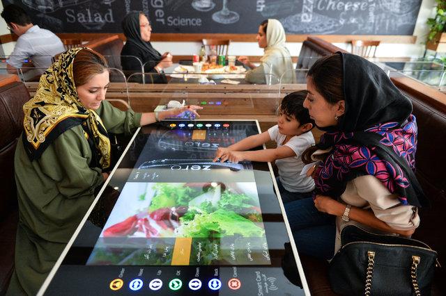 İran'da kasiyer ve garson olmayan ilk robotik restorana yoğun ilgi (VİDEO)