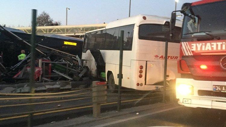Küçükçekmece'de bir servis minibüsü, metrobüs yoluna girerek durağa çarptı.