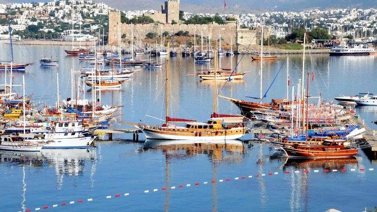 """Ulaştırma, Denizcilik ve Haberleşme Bakanı Ahmet Arslan, Yunanistan Denizcilik Bakanı Panagiyotis Kouroumplis ila yaptıkları görüşmeye ilişkin, """"Müzakere olumlu geçti. İki konu var. Biri, yolcu feribotlarının bugünden itibaren çalışıp çalışmamasıydı. İki"""