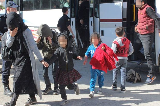 97 göçmen boş arazide yakalandı! İstanbul'a diye Elazığ'a bırakmışlar