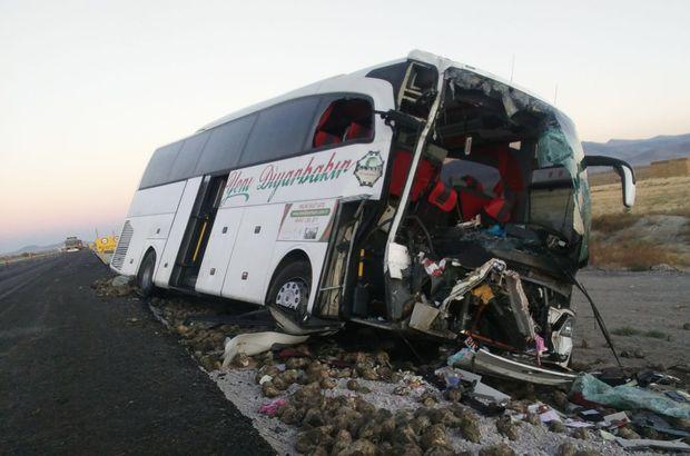 Konya'da yolcu otobüsü ile pancar yüklü tır çarpıştı: 1 ölü, 20 yaralı