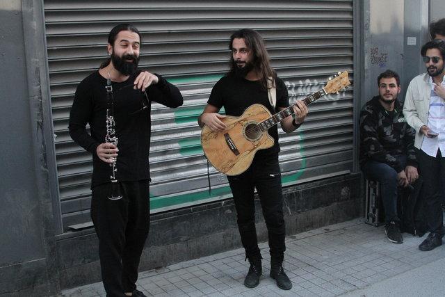 Koray Avcı İstiklal Caddesi'nde konser verdi