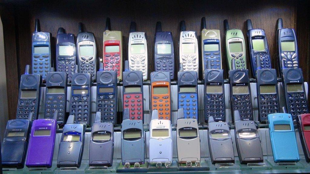 1000 telefonluk koleksiyonunu satışa çıkardı! İşte fiyatı