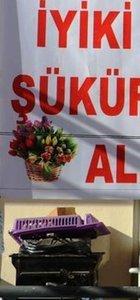 Eşinden ayrılan kocadan pankartlı kutlama