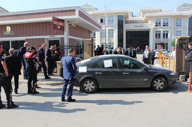 Kocaeli'de bir kişi valilik binası önünde kendini araca kilitledi