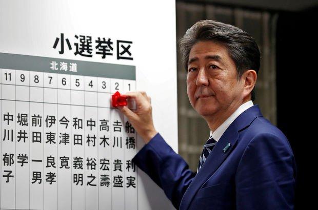Seçimden zaferle çıkan Shinzo Abe, pasifist Japonya anayasasını değiştirmek istiyor