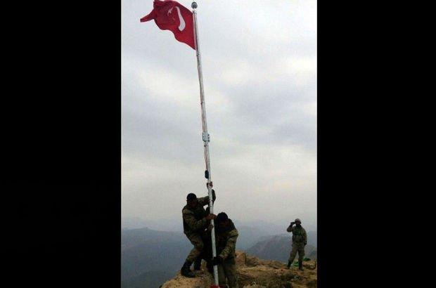 Türk askeri Kuzey Irak'taki Kokozer Dağı'na bayrak dikti