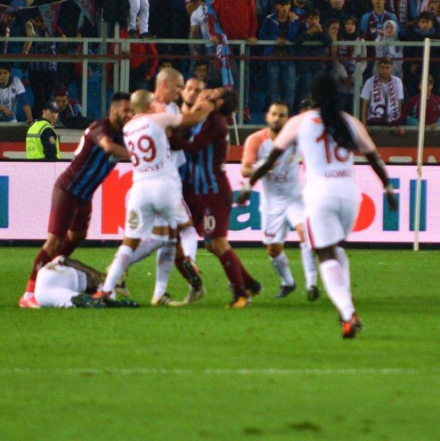 Trabzonspor-Galatasaray maçında Olcay Şahan ve Feghouli kırmızı kart gördü