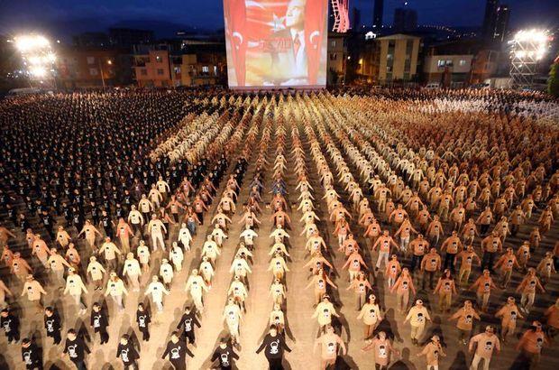 İzmir'de 4 bin kişi aynı anda zeybek oynadı