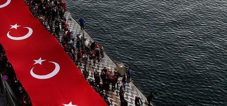 İzmir'de 350 metre uzunluğunda Türk bayrağı açıldı