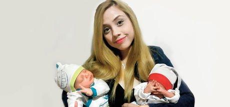 İzmirli anne aralarında 1 ay fark olan bebeklerini aynı anda doğurdu