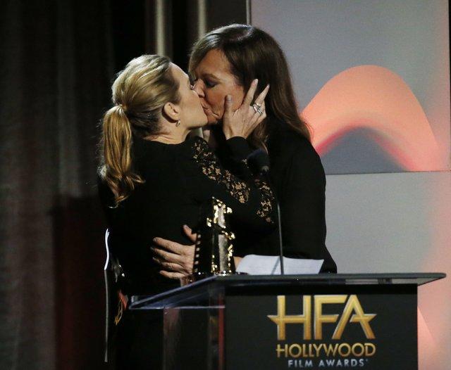 Kate Winslet'ten geceye damga vuran öpücük!
