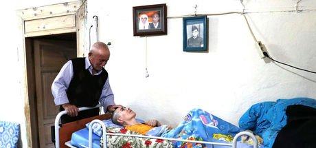 82 yaşındaki Tevfik Can, yatağa bağımlı 50 yaşındaki kızına hem annelik hem babalık yapıyor