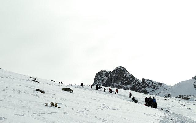 Rize'de buz tutan gölü kırıp içinde yüzdüler