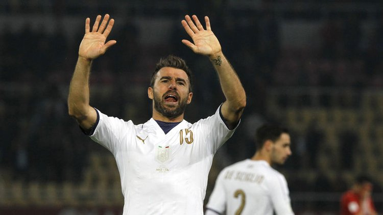 Buffon'la birlikte iki futbolcu daha İtalya Milli Takımı'na veda ettiklerini açıkladı.