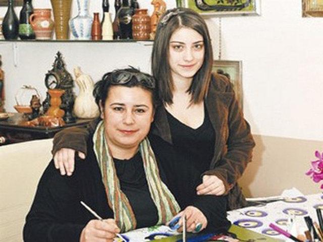 Hazal Kaya'ya kanser şoku! Oyuncu Hazal Kaya'nın annesi meme kanserine yakalandı...
