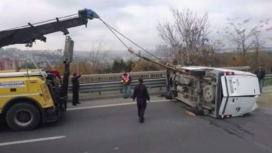 TEM'de minibüs devrildi! Trafikte yoğunluk yaşanıyor