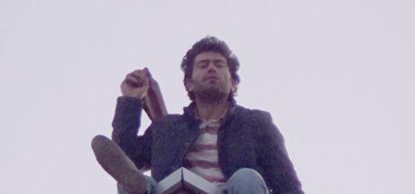 İntihar girişiminde bulunan işçi gazetecilere kiremit fırlattı