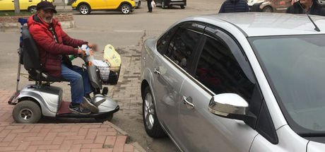 Engelli rampasının önüne park eden otomobil kaldırılana kadar bekledi
