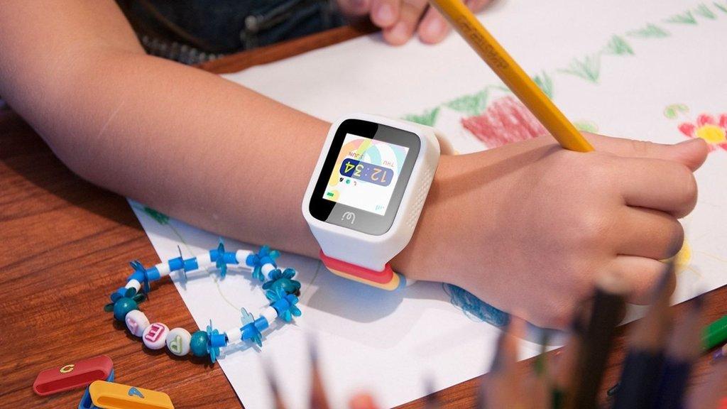 Akıllı saatler çocukları gözetliyor deyip yasakladılar!