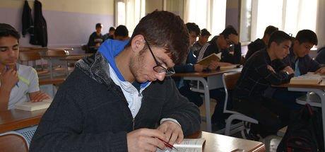 Diyarbakır'da öğrencilerin ilk dersleri kitap okumak