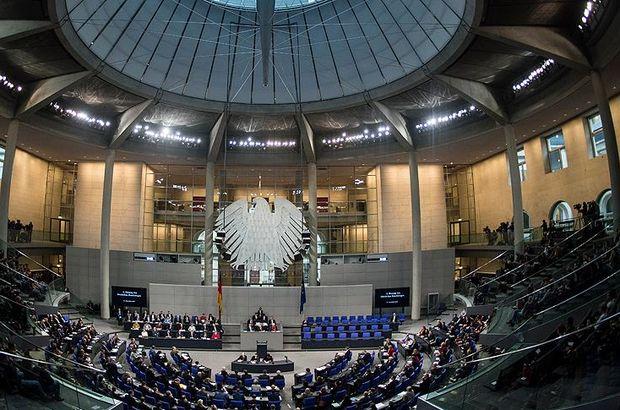 Almanya Meclisi'nde terör örgütü YPG sembolü açıldı