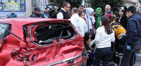 Fatih'te servis minibüsü caddeyi savaş alanına çevirdi