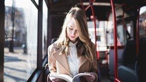Arabada kitap okurken mideniz bulanıyorsa sebebi bu olabilir!