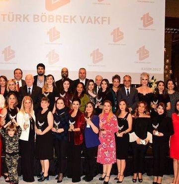 """Bu yıl dördüncüsü düzenlenen Türk Böbrek Vakfı Medya Ödülleri, yapılan törenle sahiplerini buldu. Haberturk.com Sağlık Editörü Demet Demirkır """"İnternet Röportajı Dalında"""" ödül aldı"""