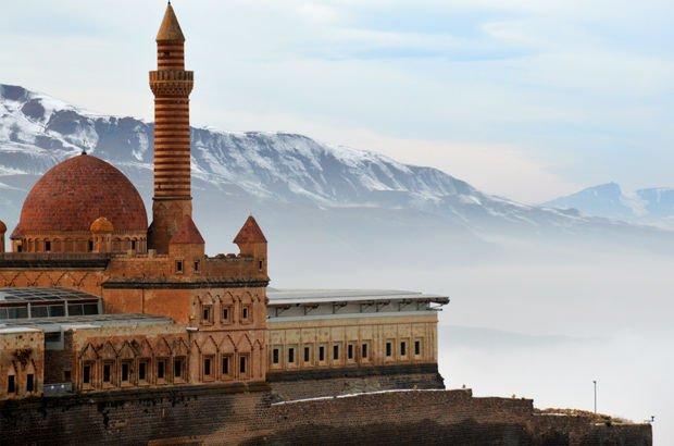 Tarihi saray sis çökünce görsel şölen yarattı