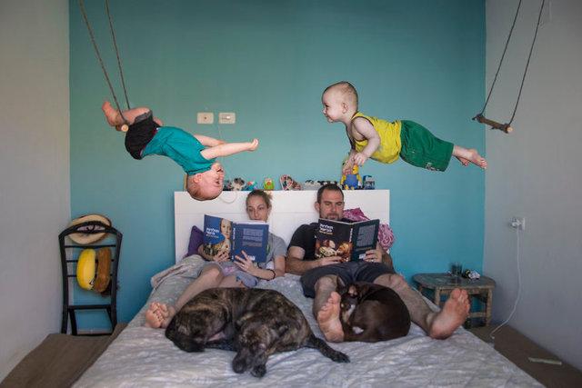 Fotoğrafçı baba ikizlerini kılıktan kılığa soktu