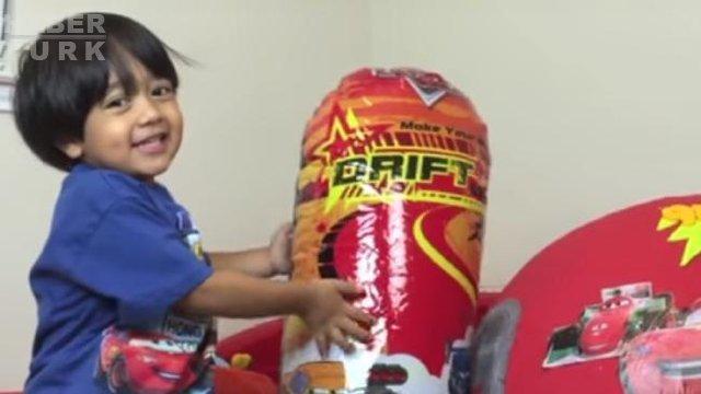 6 yaşındaki Ryan, YouTube'un en çok kazanan sekizinci ünlüsü