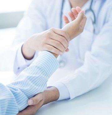 Son yıllarda adını sık duyduğumuz sorunlardan biri olan fibromiyalji de modernleşmeyle birlikte görülme hızı artan hastalıklardan biri. Peki fibromiyalji nasıl tedavi edilir, fibromiyaljiden korunmanın yolları nedir?
