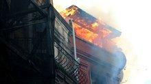 Tarlabaşı'nda 3 katlı bina alev alev yandı!